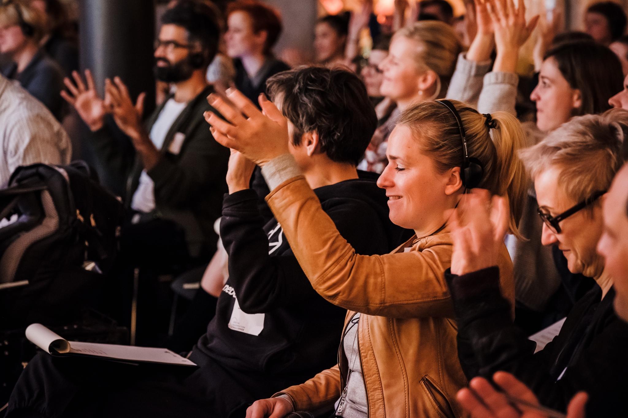 Gruppe von Menschen, einer applaudiert