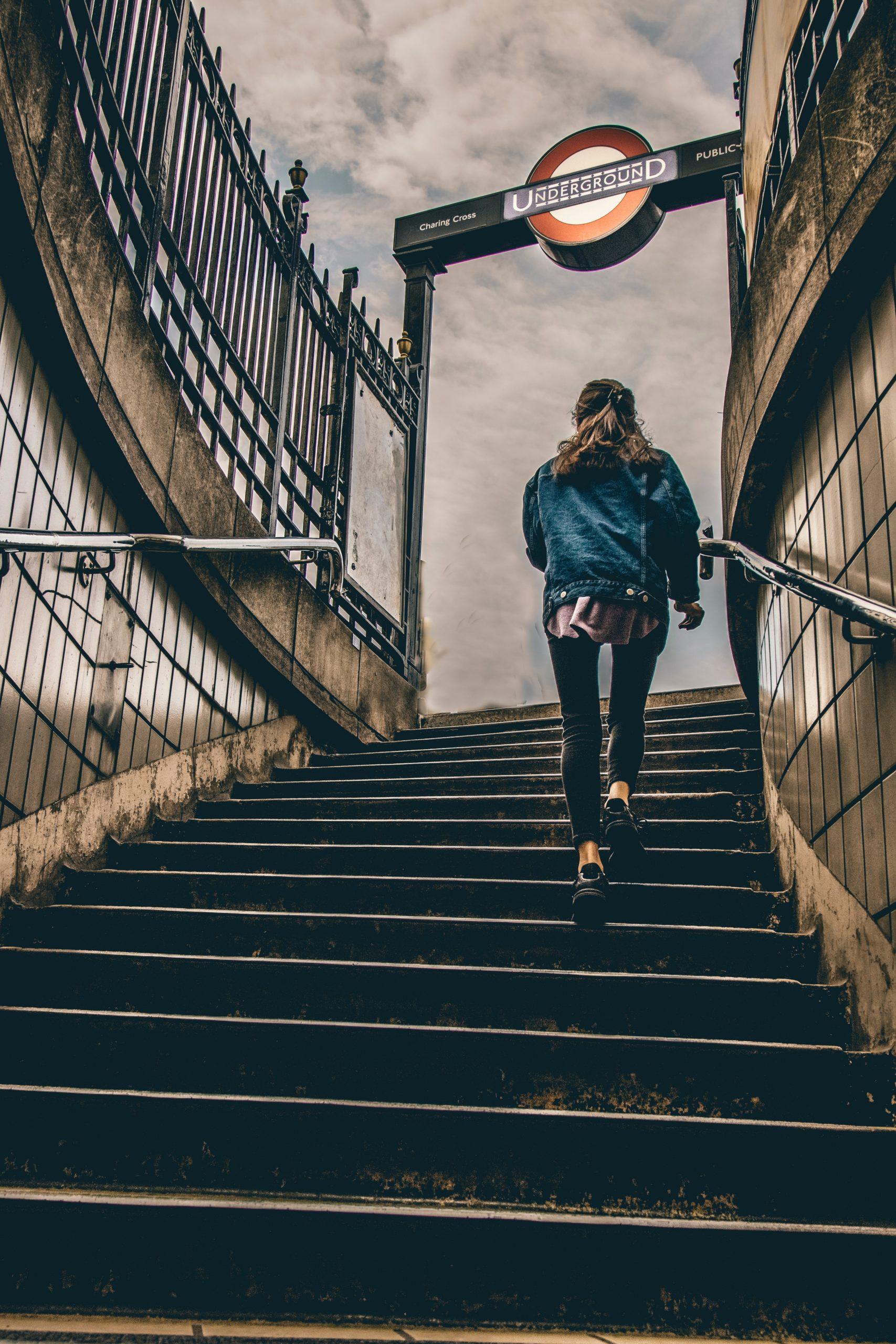Person geht sportlich eine Treppe hoch